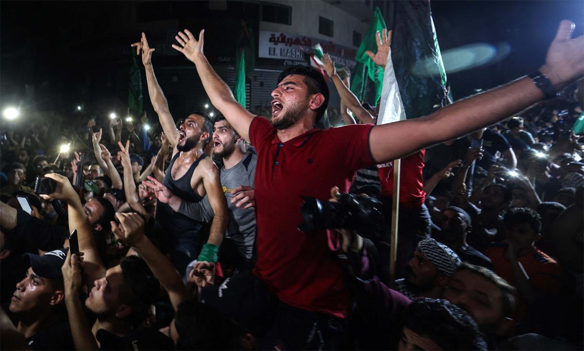 Dân Palestine tại Dải Gaza đổ ra đường ăn mừng sau lệnh ngừng bắn giữa Israel và Hamas ngày 21/5. Ảnh: AFP.