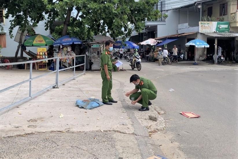 Cảnh sát khám nghiệm hiện trường vụ án mạng tại Mũi Né, ngày 21/5. Ảnh: Đức Huynh.