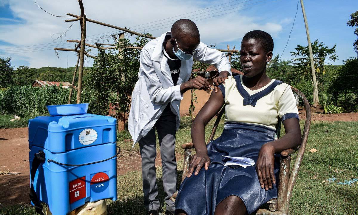 Nhân viên y tế tiêm vaccine Covid-19 AstraZeneca cho một người dân tại Siaya, Kenya, hôm 18/5. Ảnh: AFP.