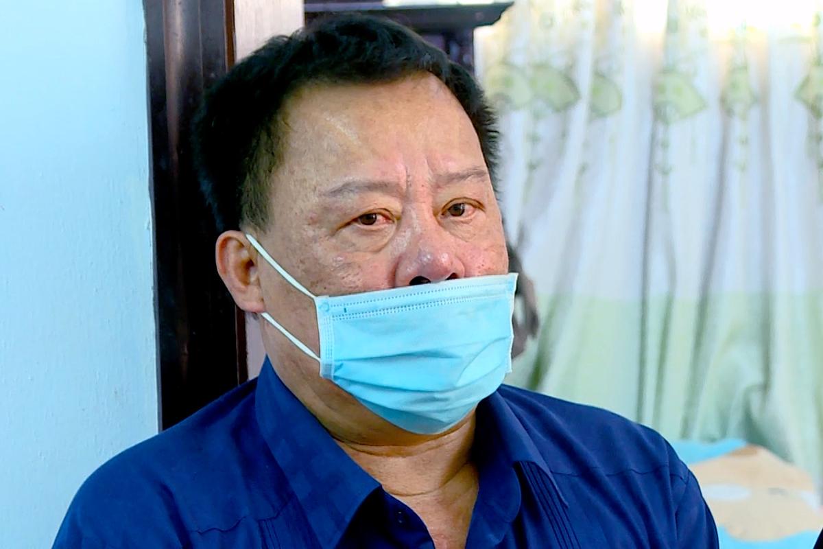 Ông Võ Tấn Thái, cựu Giám đốc Sở Tài nguyên và Môi trường nghe đọc lệnh khởi tố, bắt tạm giam, hôm 20/5. Ảnh: Công an Khánh Hòa cung cấp.