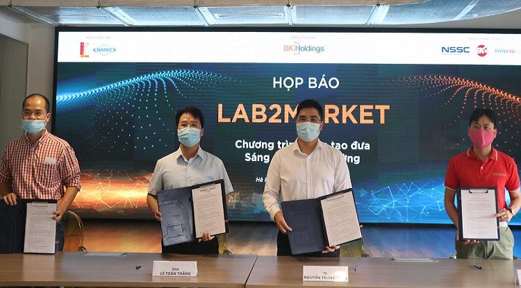 Bốn đơn vị ký kết hợp tác trong việc hỗ trợ các nhà khoa học  đưa sáng chế ra thị trường. Ảnh: NX.