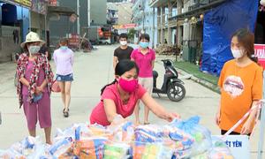Tiếp tế cho công nhân ở tâm dịch Bắc Giang