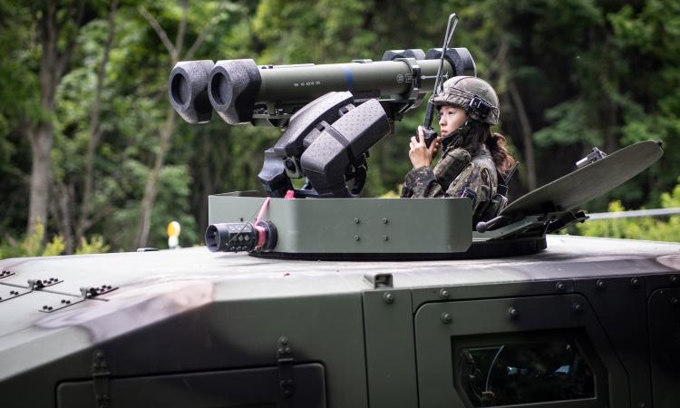 Một nữ quân nhân tham gia tập trận tại Inje, Hàn Quốc, hồi tháng 7/2020. Ảnh: Reuters.