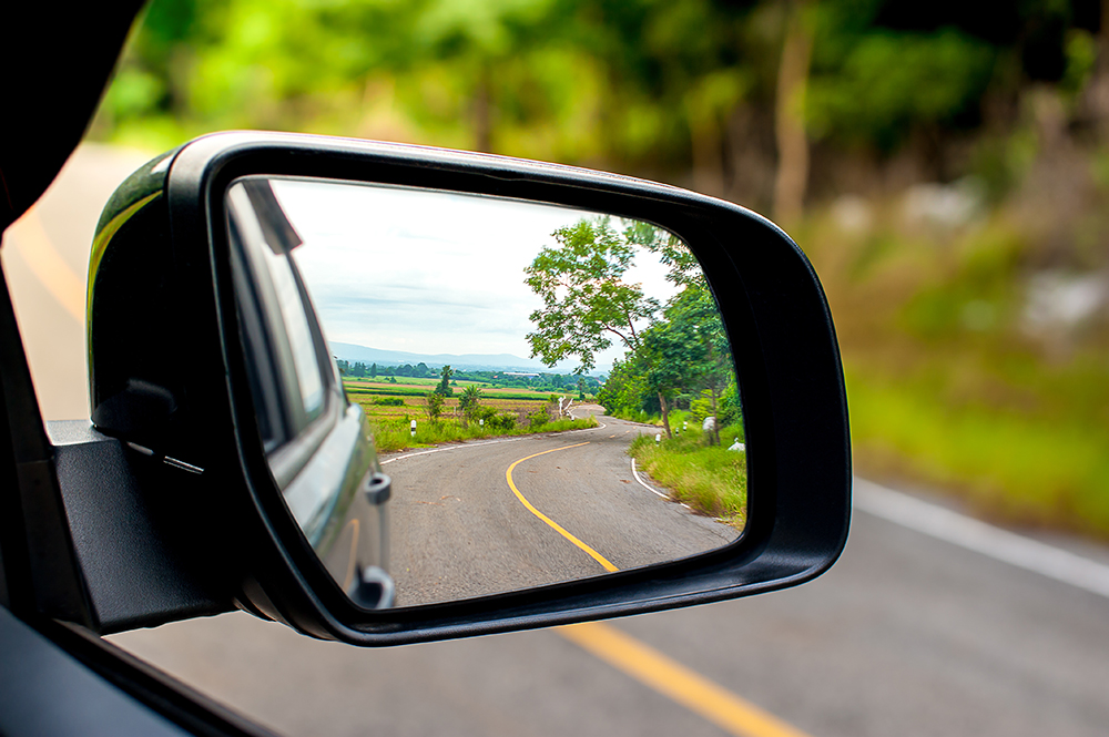 Một bên gương chiếu hậu của ôtô. Ảnh: Shutterstock.