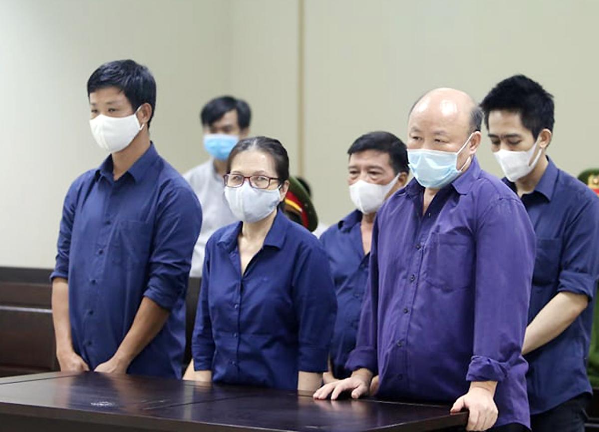 Bị cáo Oanh (giữa) và đồng phạm tại tòa hôm nay. Ảnh: Cộng tác viên.