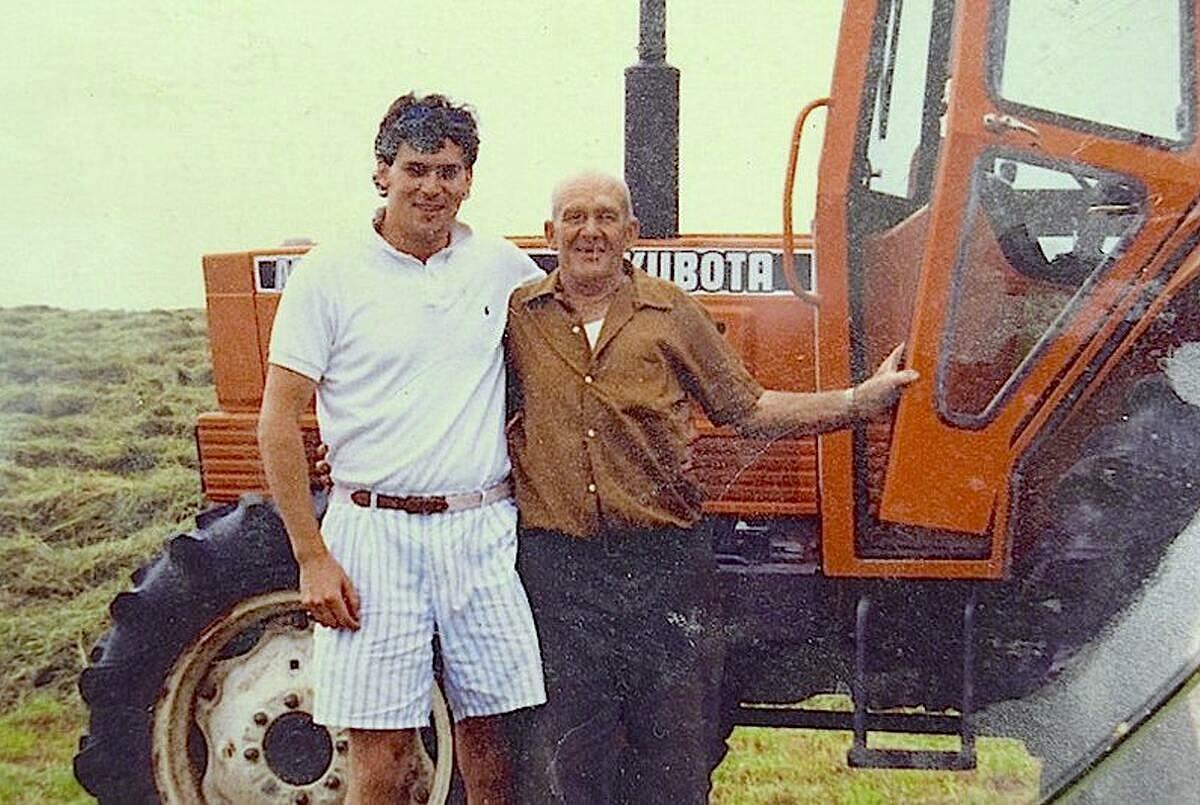 Elmer Yuill (phải) chụp ảnh cùng một người họ hàng trong trang trại gia đình. Ảnh: Saltwwire