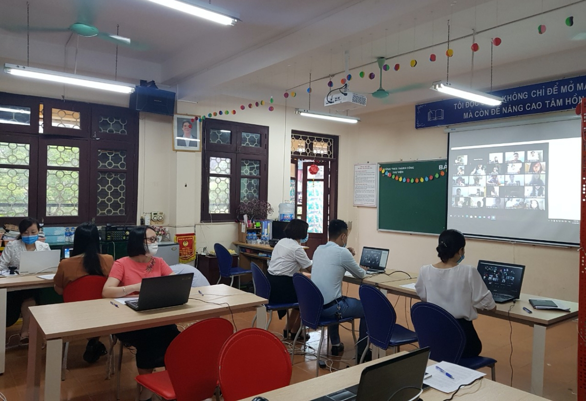 Các thành viên của Ban chỉ đạo giám sát các phòng thi thông qua máy tính và màn hình chiếu. Ảnh: Nhà trường cung cấp