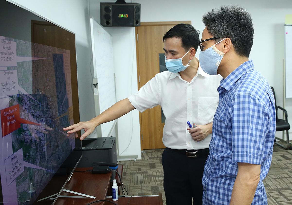 Thứ trưởng Bùi Thế Duy báo cáo Phó Thủ tướng về một số ca nhiễm mới tại công ty SPICA (KCN Quế Võ 1, Bắc Ninh, chiều 22/5. Ảnh: Đình Nam.