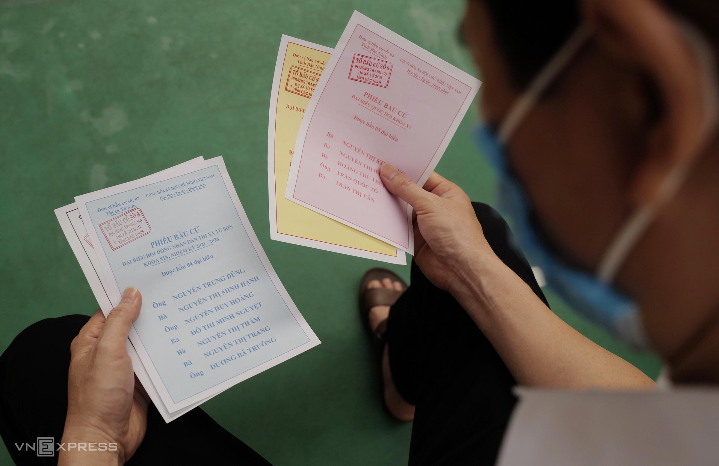 Cử tri đi bầu cử sớm tại thành phố Bắc Ninh trong sáng 22/5. Ảnh: Ngọc Thành