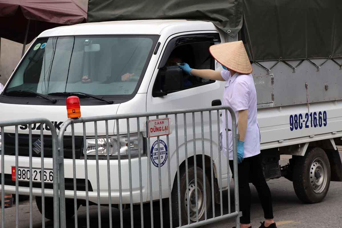 Lãnh đạo xã Trung Giã cho biết, mỗi ngày khoảng 5.000 người qua lại tại chốt cầu Vát, thôn An Lạc, địa bàn giáp ranh với huyện Hiệp Hoà, Bắc Giang. Ảnh: Võ Hải.