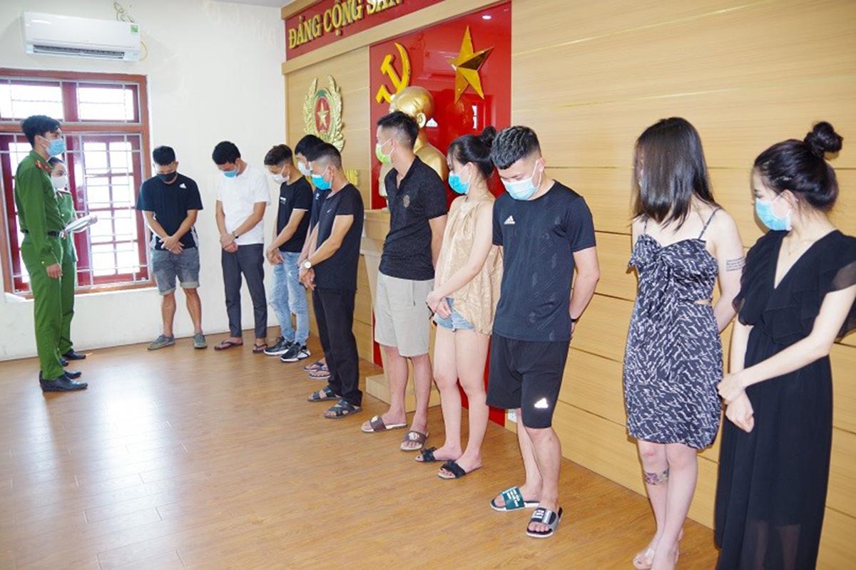 31 thanh niên nam, nữ bay lắc tại quán karake KingDom đang bị tạm giữ tại công an huyện Bình Giang (Hải Dương). Ảnh: Công an cung cấp