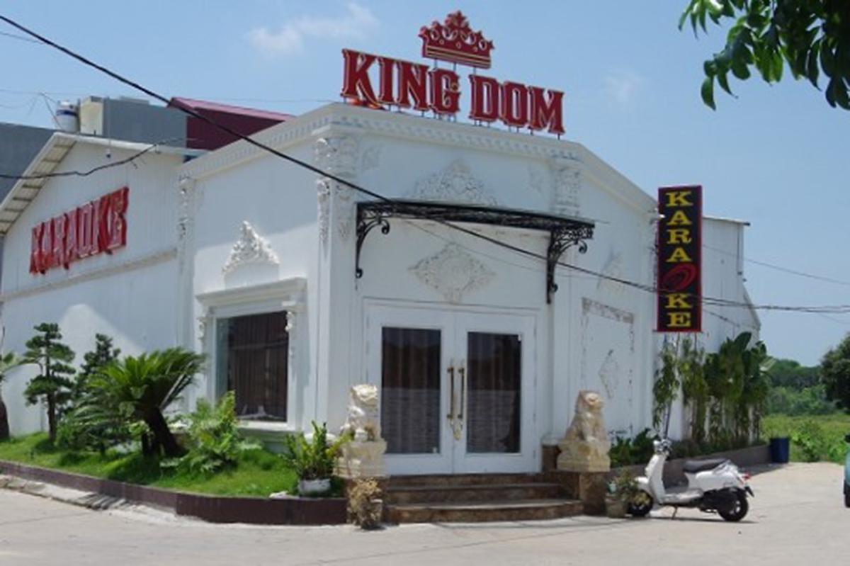 Chủ quán karaoke KingDom đang bị công an huyện Bình Giang củng cố hồ sơ xử về hành vi vi phạm quy định về phòng chống dịch Covid-19. Ảnh: Công an cung cấp