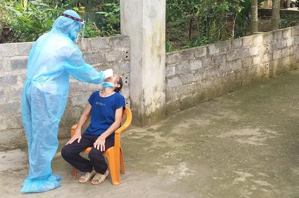 Cơ quan y tế lấy mẫu cho những người bị cách ly tại xã Minh Sơn, huyện Ngọc Lặc. Ảnh: Lam Sơn.