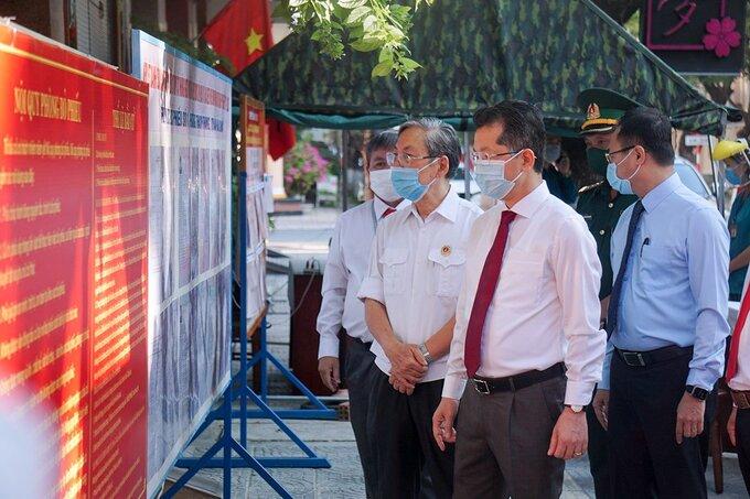 Bí thư Thành uỷ Nguyễn Văn Quảng (đứng giữa) đi bỏ phiếu tại UBND phường Thạch Thang (quận Hải Châu). Ảnh: Nguyễn Đông