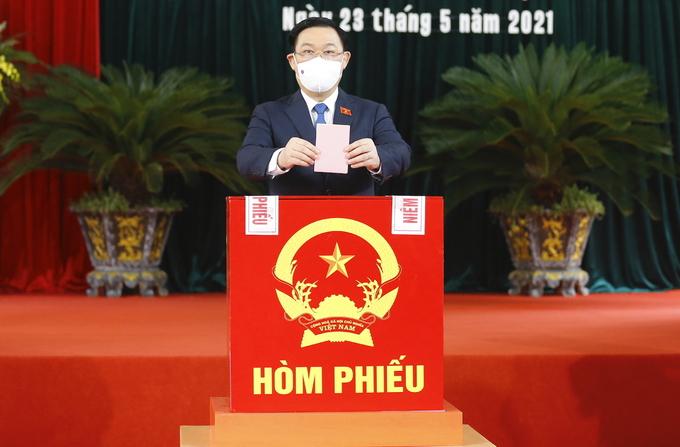 Chủ tịch Quốc hội Vương Đình Huệ bỏ phiếu bầu cử tại TP Hải Phòng. Ảnh: Hoàng Phong