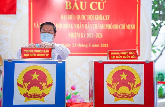 Trưởng ban Tuyên giáo Trung ương Nguyễn Trọng Nghĩa bỏ phiếu bầu đại biểu Quốc hội và HĐND TP HCM. Ảnh: Đình Văn