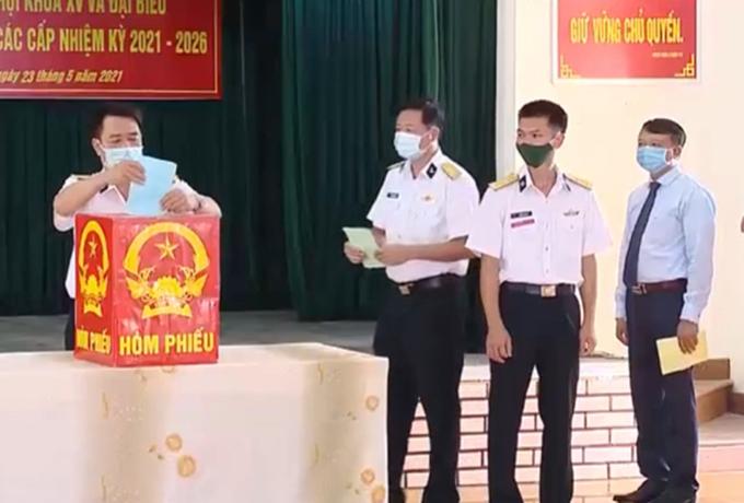 Quân và dân ở thị trấn Trường Sa bỏ phiếu, sáng 23/5. Ảnh: VTV1