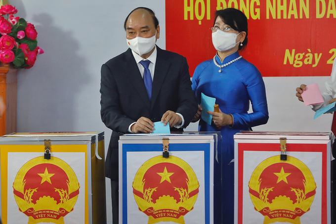 Chủ tịch nước Nguyễn Xuân Phúc và phu nhân bỏ phiếu bầu đại biểu Quốc hội khóa XV và đại biểu HĐND các cấp nhiệm kỳ 2021-2026, sáng 23/5: Ảnh: Hữu Khoa