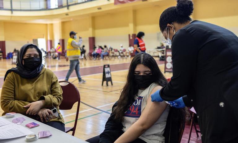 Một thiếu niên được tiêm vaccine Covid-19 tại Philadelphia, bang Pennsylvania ngày 18/5. Ảnh: Reuters.