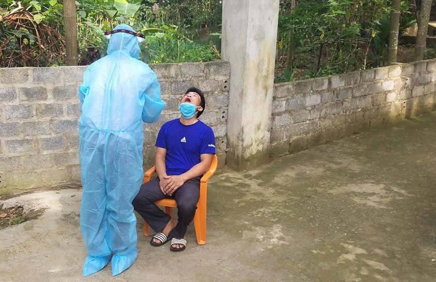 Cơ quan y tế lấy mẫu những trường hợp tiếp xúc gần với bệnh nhân 4694 ở huyện Ngọc Lặc. Ảnh: Lam Sơn.