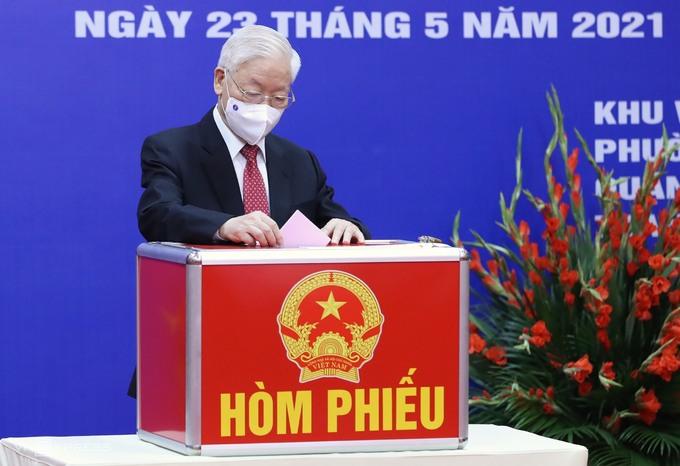 Tổng bí thư Nguyễn Phú Trọng bỏ phiếu bầu đại biểu Quốc hội khóa XV và đại biểu HĐND các cấp nhiệm kỳ 2021-2026. Ảnhh: Giang Huy