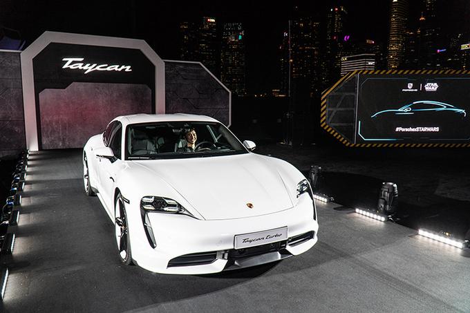 Xe điện Porsche Taycan bán ra tại Việt Nam với hình thức mua xe liền pin. Ảnh: Quang Anh.
