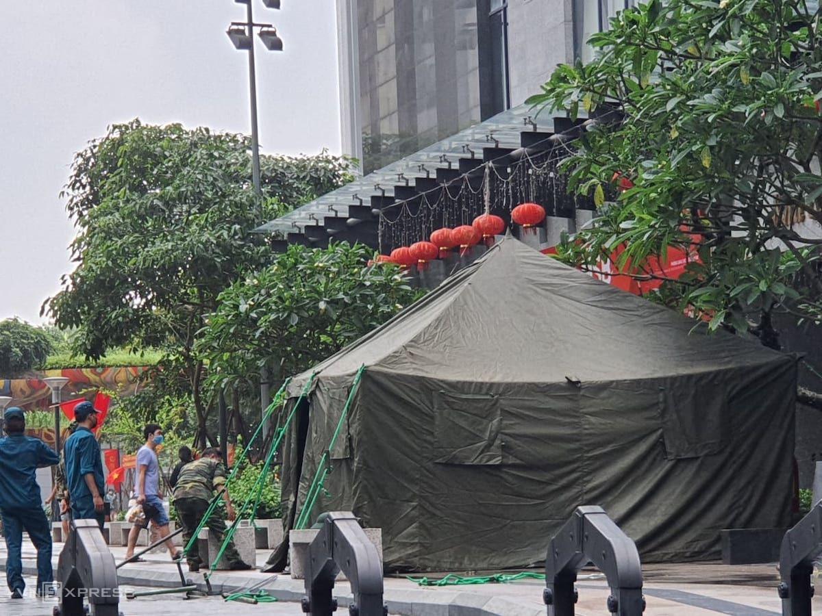 Lực lượng chức năng dựng lều bạt chốt ở khu đô thị Goldmark City sáng 24/5. Ảnh: Võ Hải.