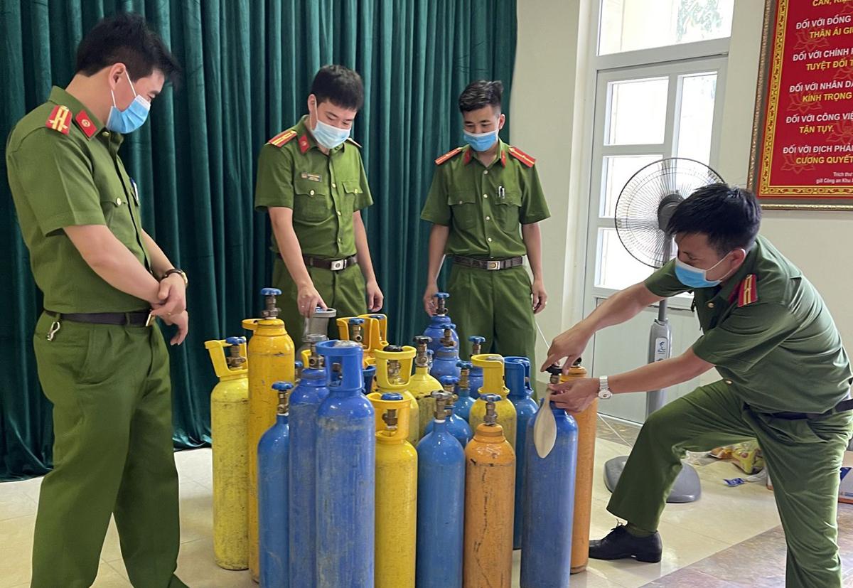 Hàng chục bình nén khí N2O phục vụ nhóm thanh niên dùng bóng cười. Ảnh: Lam Sơn.
