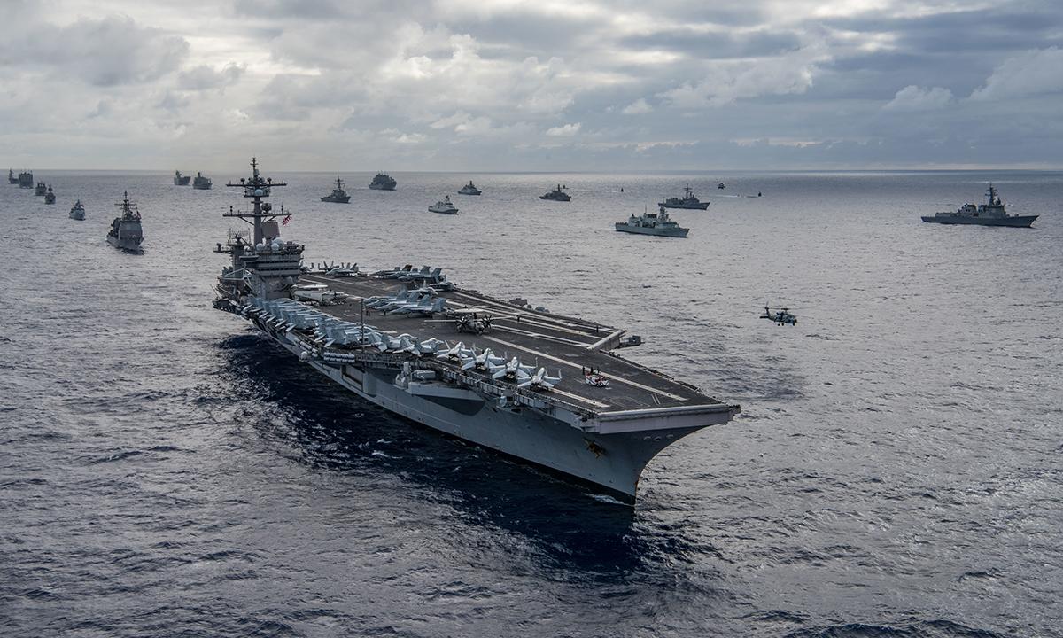 Tàu sân bay Mỹ USS Carl Vinson dẫn đầu nhóm chiến hạm di chuyển theo đội hình trong diễn tập RIMPAC 2018. Ảnh: US Navy.