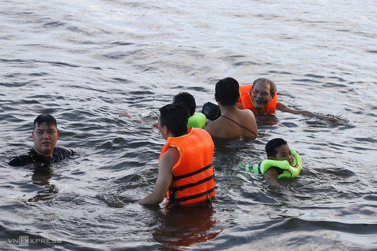 Người dân Huế ra tắm sông Hương chiều ngày 24/5. Ảnh: Võ Thạnh