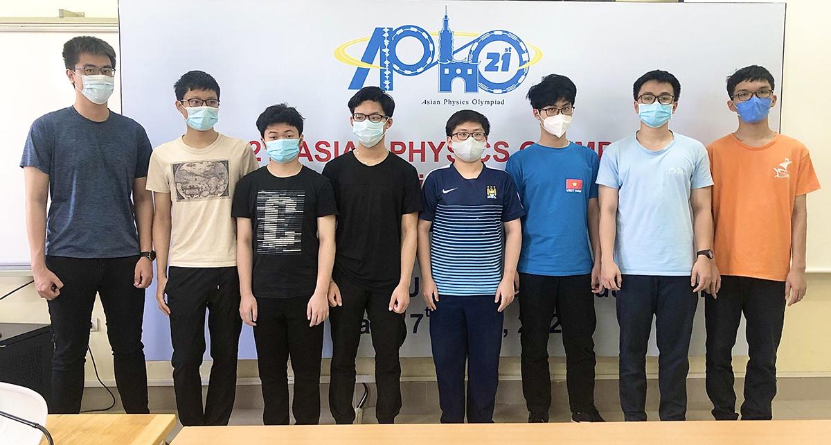 8 thí sinh Việt Nam dự thi APhO 2021. Ảnh: Bộ Giáo dục và Đào tạo.