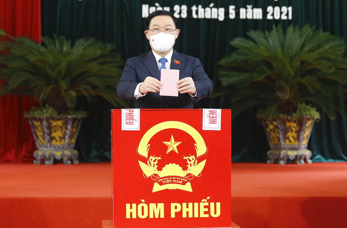 Chủ tịch Quốc hội Vương Đình Huệ bỏ phiếu bầu cử tại Hải Phòng, sáng 23/5. Ảnh: Hoàng Phong