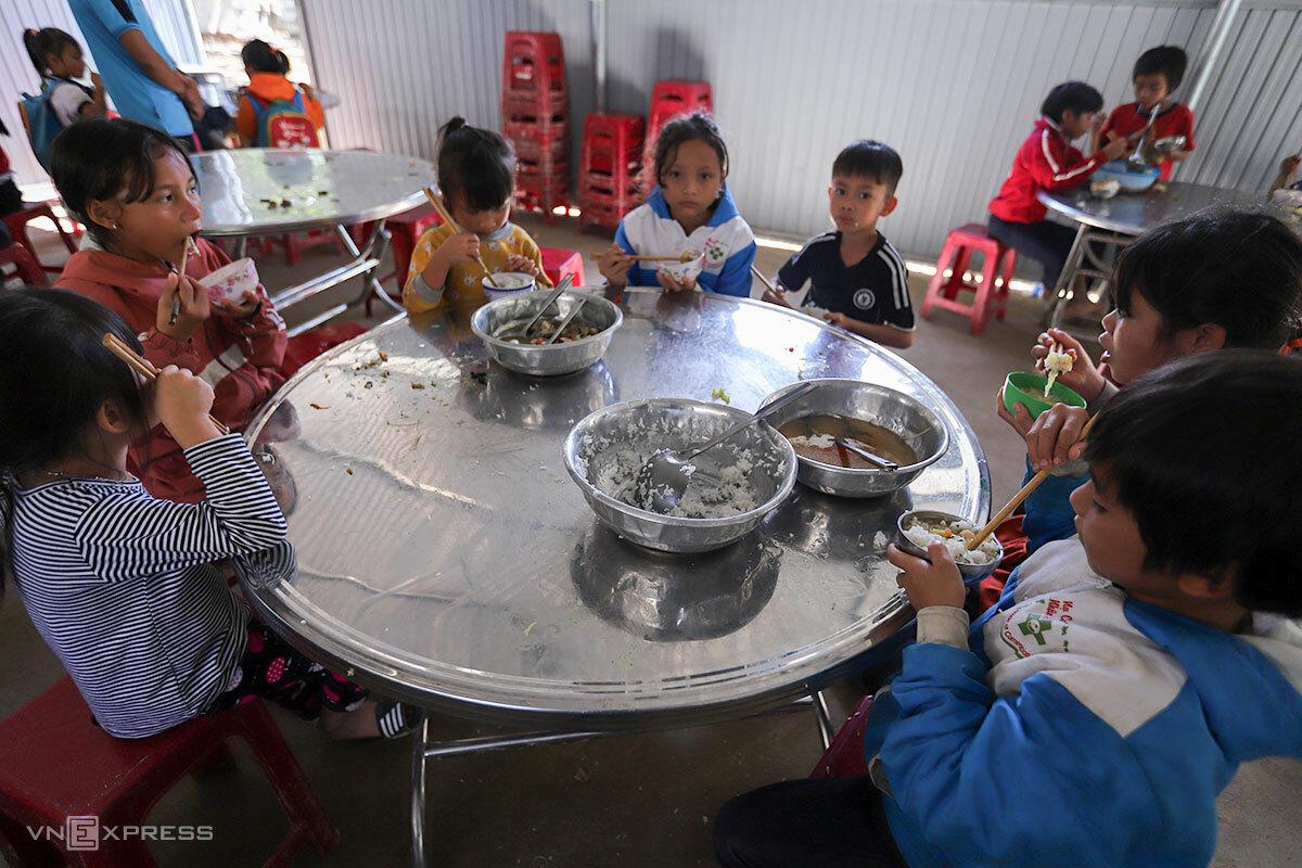 Mâm cơm của học sinh ở Phước Kim. Ảnh: Nguyễn Đông.