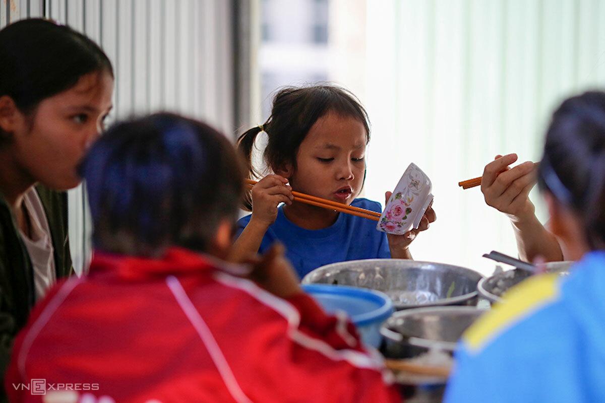 Bé Phụng trong bàn ăn. Ảnh: Nguyễn Đông.