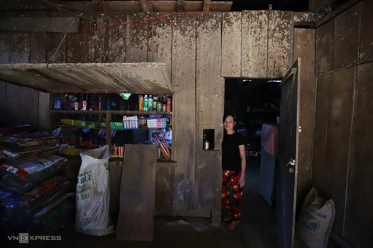 Chị Thu trong căn nhà còn hằn vết bùn non. Ảnh: Nguyễn Đông.