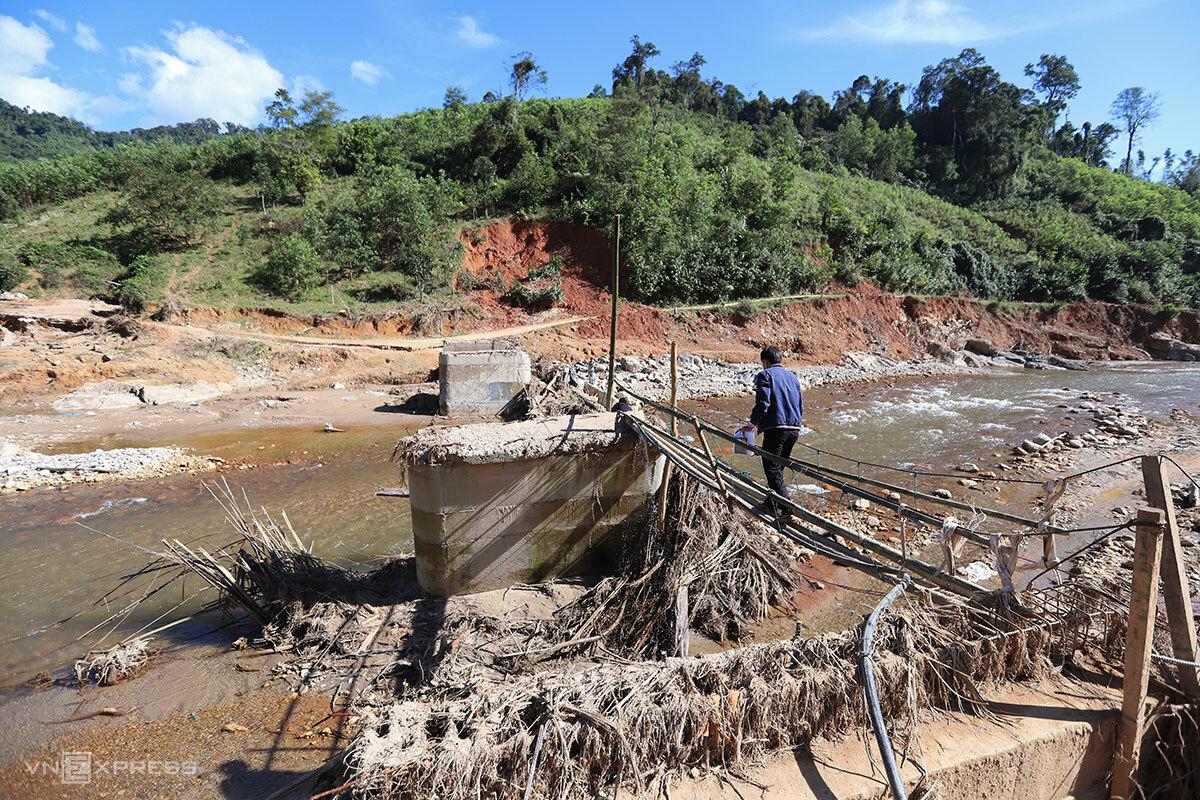 Đường vào thôn Trà Văn A, nơi một vệt làng đã bị lũ cuốn trôi. Ảnh: Nguyễn Đông.