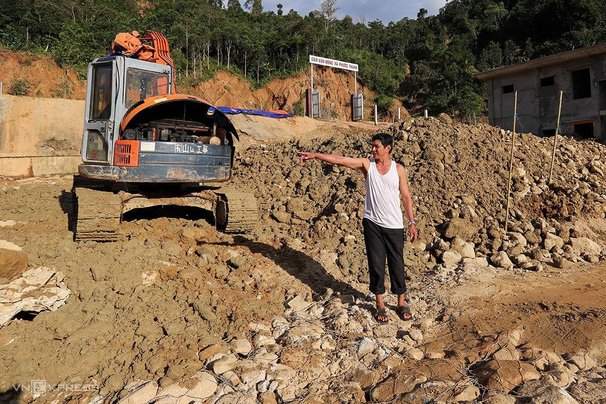 Ông Bình trên nền đất đá trước đây là ba căn nhà của mình. Ảnh: Nguyễn Đông.