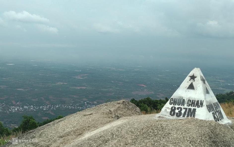 Đỉnh núi Chứa Chan. Năm 2012, núi được Bộ Văn hóa, Thể thao và Du lịch xếp hạng di tích danh lam thắng cảnh cấp quốc gia.