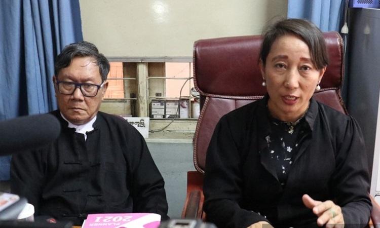 Min Min Soe (phải) và Khin Maung Zaw, hai luật sư đại diện cho bà Suu Kyi, trả lời báo chí tại nhà của Khin Maung Zaw ở Naypyidaw hôm nay. Ảnh: AFP.