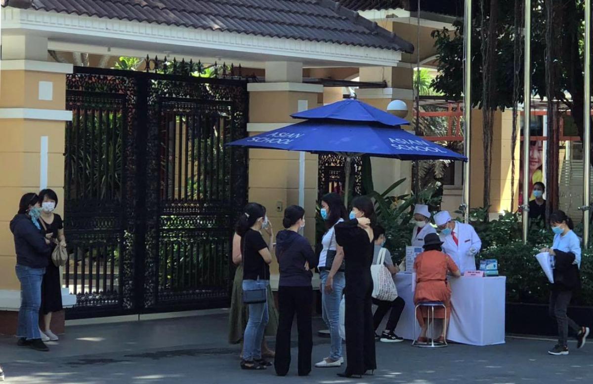 Một nhóm phụ huynh đến trường Quốc tế Á Châu trao đổi về vấn đề học phí ngày 20/5. Ảnh: Phụ huynh cung cấp.