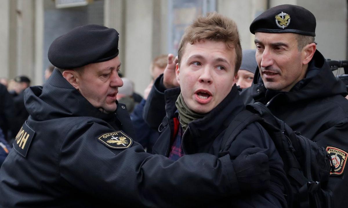 Protasevich (giữa) bị cảnh sát khống chế tại Minsk hồi năm 2017. Ảnh: AFP.