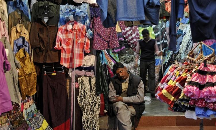 Một cửa hàng bán đồ may mặc ở thủ đô New Delhi, Ấn Độ. Ảnh: Reuters.