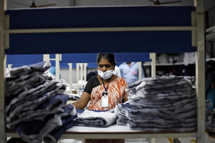 Công nhân tại một nhà máy dệt may ở Tiruppur, bang Tamil Nadu, phía nam Ấn Độ. Ảnh: Reuters.