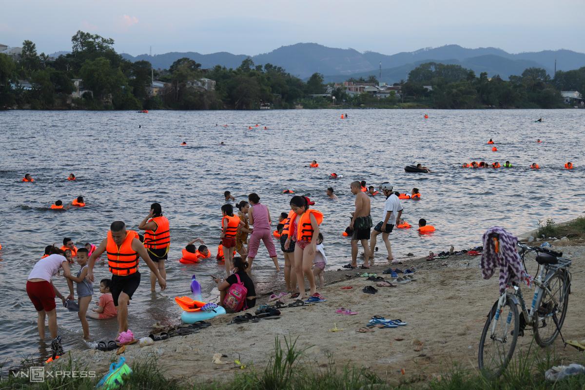 Khu vực bãi tắm trên sông Hương qua phường Kim Long có hơn 100 người tắm. Ảnh: Võ Thạnh
