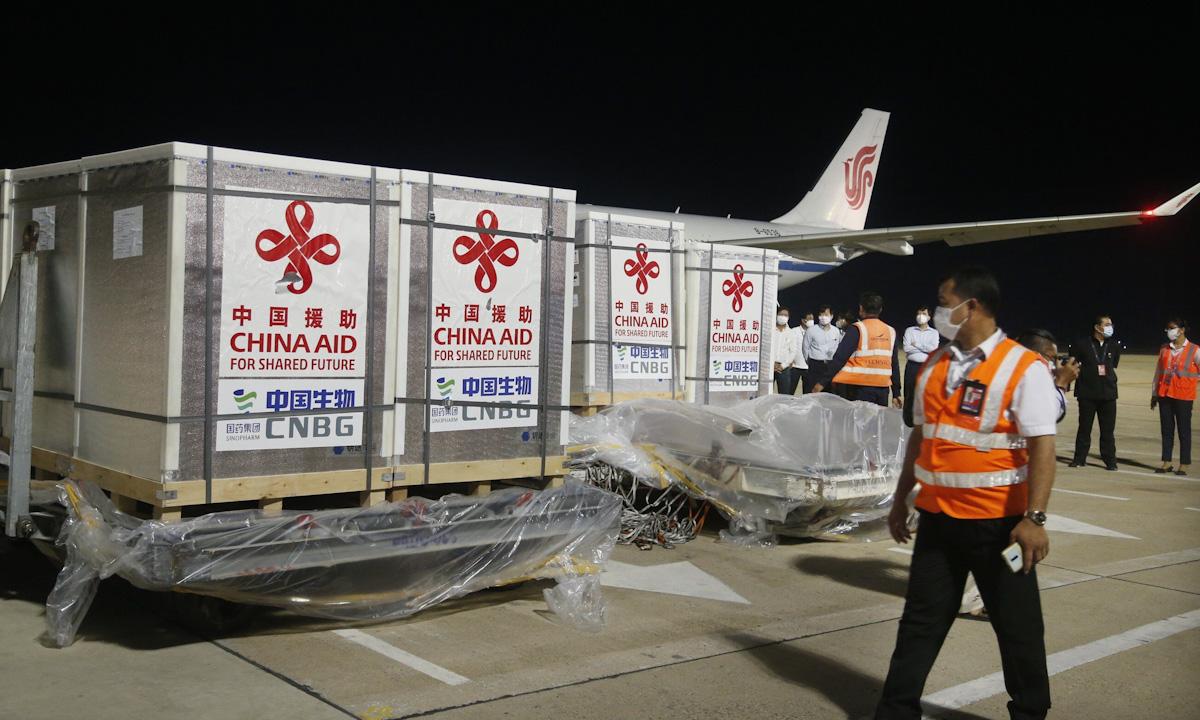 Lô vaccine Covid-19 của Trung Quốc được chuyển tới sân bay quốc tế Phnom Penh, Campuchia ngày 28/4. Ảnh: Xinhua.