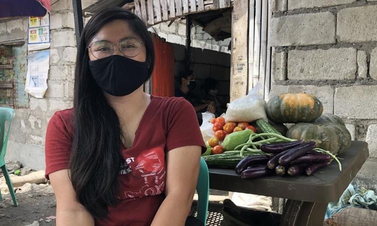 Nadja de Vera, người tổ chức một bếp ăn cộng đồng ở khu dân cư nghèo Baseco, Manila. Ảnh: CNN.