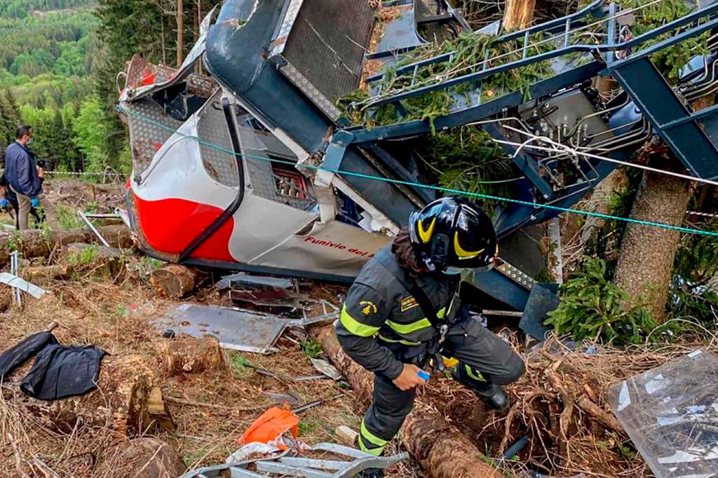 Nhân viên cứu nạn Italy tại hiện trường cáp treo rơi. Ảnh: AP.