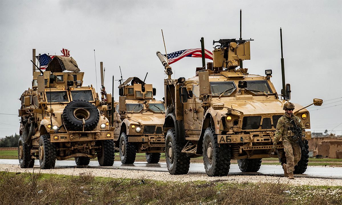 Đoàn thiết giáp Mỹ dừng bên quốc lộ M4 đoạn chạy qua thị trấn Tal Tamr của tỉnh Hasakah, Syria tháng 1/2020. Ảnh: AFP.