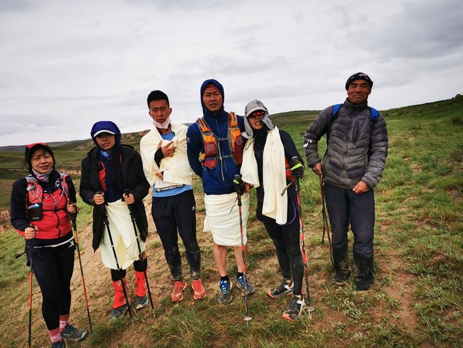 5 vận động viên được Chu Khải Minh (ngoài cùng bên phải) cứu sống hôm 23/5. Ảnh: The Paper
