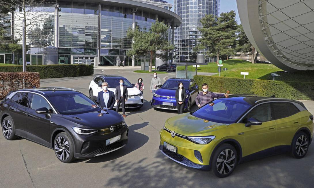 Những khách hàng đầu tiên tại Đức nhận xe Volkswagen ID.4 hôm 19/4. Hãng có kế hoạch giao khoảng 150.000 chiếc ID.4 trên toàn thế giới trong năm nay. Ảnh: Volkswagen